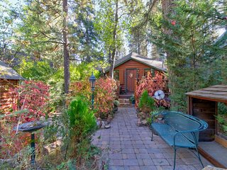 Charming cabin with free WiFi, wood fireplace, and close to ski resorts!