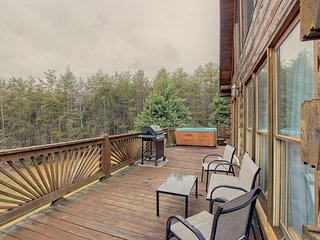 NEW LISTING! Dog-friendly cabin w/hot tub & grill-near downtown Blue Ridge