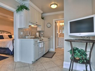 NEW LISTING! Cozy rental w/ full kitchen and oceanview, near town and beach!