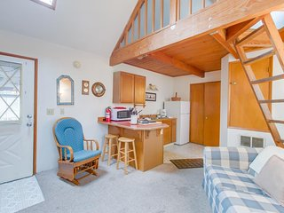 NEW LISTING! Cozy cottage with shared hot tub, just 3 blocks to the beach