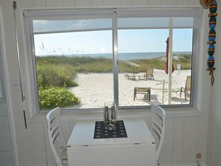 Comfortable, waterfront condo w/ free WiFi & full kitchen - walk onto the beach
