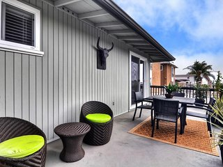 NEW LISTING! Stylish & remodeled condo 1 block from downtown, walk to beach