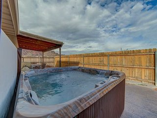 Private Hot Tub, Firepit, Fenced Yard & Moab Rim Views! 5 min to town!