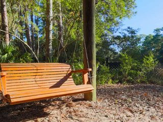 Relaxing, Secluded Kiawah Hideaway that is just a 10 Min Walk along a Wooded Tra