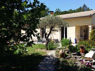 gîte 2 personnes grand confort face au Mont Ventoux grand jardin calme belle vue