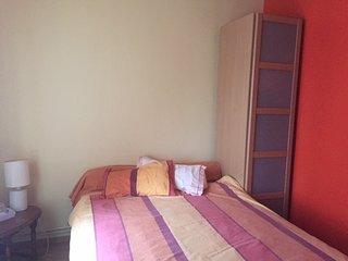 Chambre avec un lit double et une armoire avec cintres à disposition