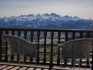 Casa rural con terraza y vistas panorámicas a los Picos de Europa