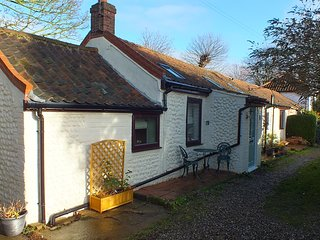 Fisherman's Cottage: 19th Century Luxury Single Storey Brick & Flint Cottage