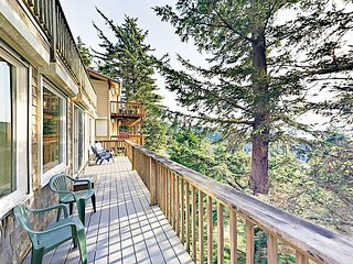 Hillside Retreat 1BR w/ Ocean-View Deck - Half Mile to the Beach