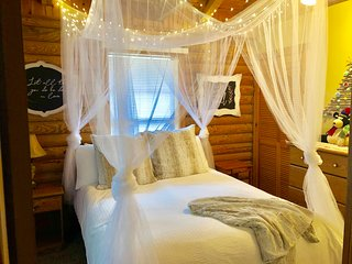 Firefly Forest - Adorable,romantic and private log cabin on one acre of nature