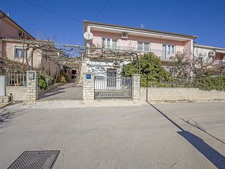 Cozy apartment very close to the centre of Pula with Parking, Internet, Washing