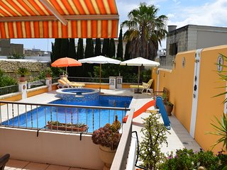 Central cosy villa apartment with large pool and free street parking