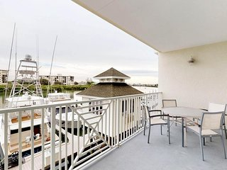 Cozy condo w/ a balcony, full kitchen, and a shared pool - walk to the beach