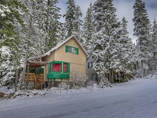Cozy mountain cabin w/ a full kitchen - close to town, skiing, & hiking trails