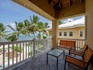 Beach and ocean view, pool with swim-up bar, close to town!