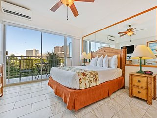 Couples Pick! Cozy Escape w/Pacific Vista, Free WiFi, Kitchenette–Waikiki Shore