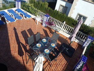 Detached villa overlooking communal pool, 3 minute walk from Villamartin Plaza