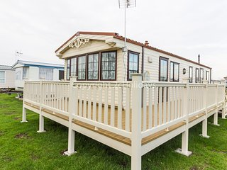 8 berth caravan with D/G & C/H. Near to the beach. At St Osyth. REF 28025TD