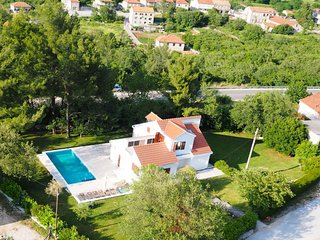 FAMILY HOUSE WITH POOL FOR RENT, KONAVLE