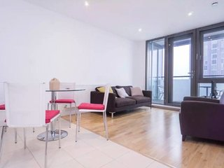 Stunning 2bed, 2bath apt - 5mins to Central line