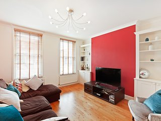 Bright 2 Bed Flat with lovely Terrace in Oval