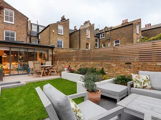 Chic 2Bed, 2Bath apt w/Garden in Clapham Junction