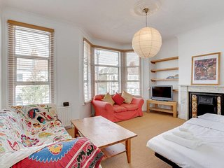 """Pretty 1Bed Queen""""s Park Flat 3 mins from Tube"""