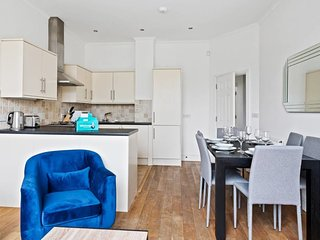 Bright 2bed 2bath flat in Arsenal, 5min to Station