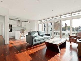 2bed 2bath penthouse w/balcony 3 min to Paddington