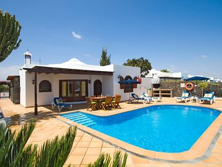 Puerto del Carmen Villa Sleeps 6 with Pool - 5825274