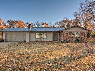 NEW! Charming Huntsville Home-25 Mi to Beaver Lake
