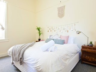 CHATSWOOD CHARMER - ROOMY  3 BED APARTMENT