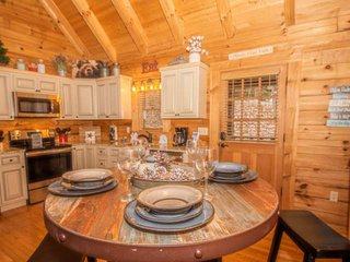 Bear Mountain Cabin, Is a Cozy Gem 6 miles to Pigeon Forge, WiFi, Hot Tub, Stone