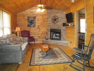 Comfortable Living room with Comcast Cable and Wifi