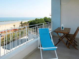 2 bedroom Apartment with WiFi and Walk to Beach & Shops - 5702621