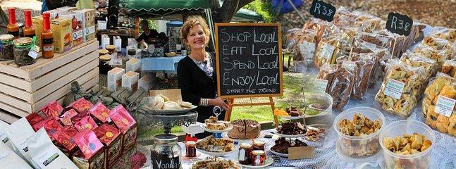 Il mercato del villaggio ogni sabato dove gli agricoltori e i locali vendono i loro prodotti freschi e oggetti fatti a mano