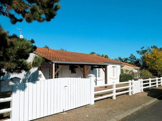 La Tranche-sur-Mer Holiday Home Sleeps 6 with Free WiFi - 5702262