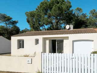 2 bedroom Villa with WiFi and Walk to Beach & Shops - 5702268