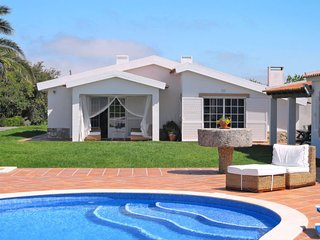 4 bedroom Villa with Pool and WiFi - 5702719