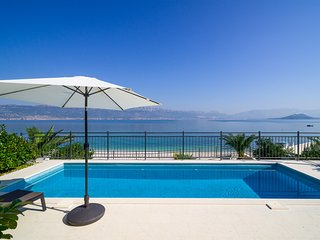 Acadia Beachfront Apartment B1 with private pool in Slatine