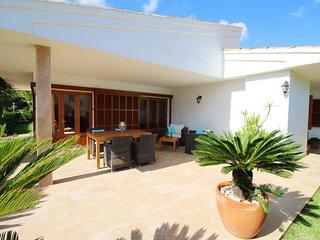 Villa Margarita 150m from a sandy beach