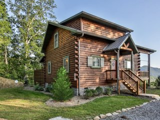 New 2 br/2ba private log cabin with fantastic mountain views, sleeps 4, hot tub