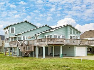 ShangriLaLa: Roomy Home w/ Wraparound Gulf-View Balcony - Steps to Beach
