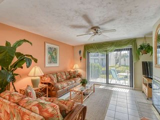 Peaceful Condo on Gorgeous Beach, Pool, Tennis, Lagoon View, Location heart of S