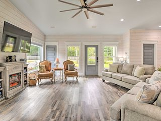 Modern Foley Farmhouse for Groups - 7 Mi to Beach!