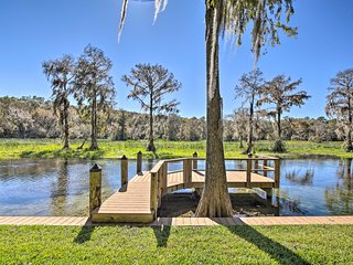 Rainbow River Oasis w/ Kayaks + Furnished Sunroom!