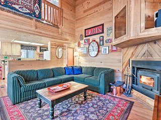 Cozy Pinetop Cabin - Fireplace & Covered Deck