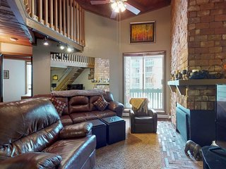 NEW LISTING! Cozy, rustic condo w/balcony, fireplace & shared hot tub/pool