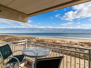 Oceanfront Condo with furnished balcony, beach access and free WiFi!