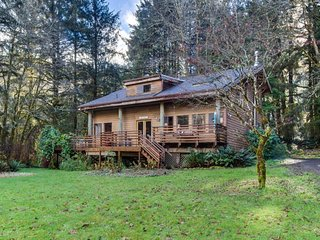 Cozy cabin with private hot tub & tranquil surroundings - 3 miles to beach.